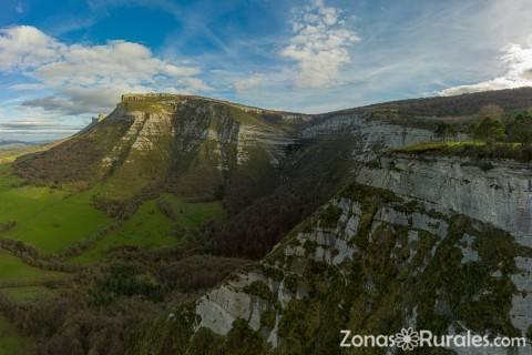 Cascada de San Miguel en el valle de Angulo en Burgos