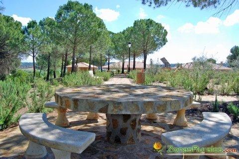 Mesas y sillas de piedra en el recinto de Casas Rurales El Pinar