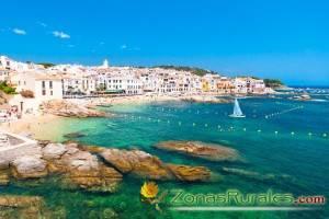Las bellas calas de la Costa Brava, turismo rural y turismo de playa se dan la mano.